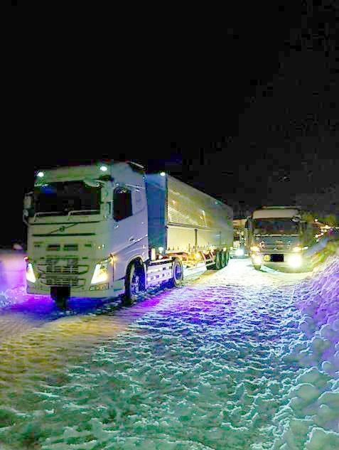 除雪後の圧雪路面で自力走行不能となったトレーラートラック