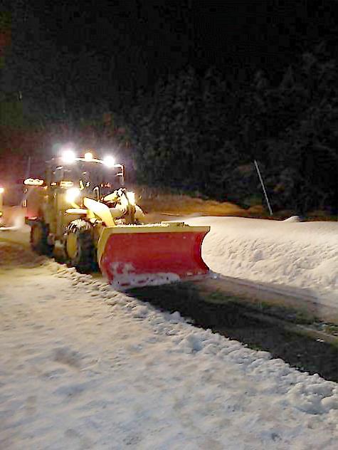 チェーン未装着車のため路面まで除雪