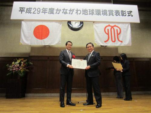 黒岩神奈川県知事より表彰状を授与された帖佐社長