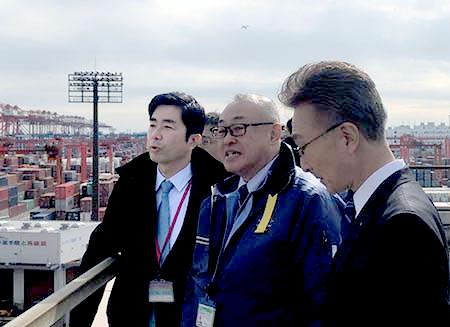 川崎汽船東京大井コンテナターミナル ダイトーコーポレーションコンテナターミナルを視察する牧原厚生労働副大臣(一番左)
