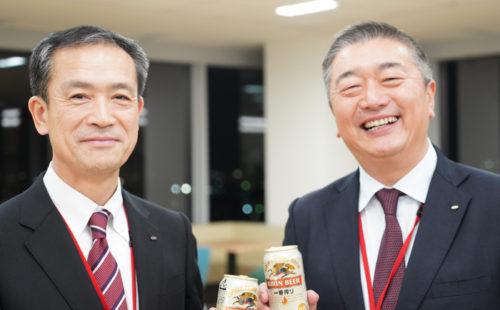 加藤元社長と新社長に就任する戸叶常務