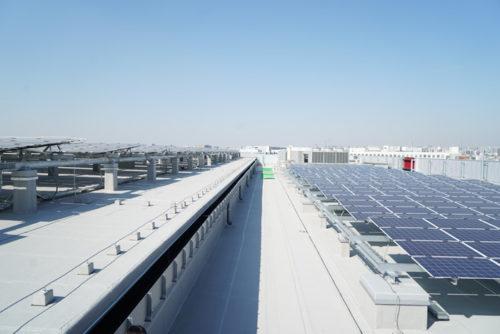 屋上の太陽光発電パネル