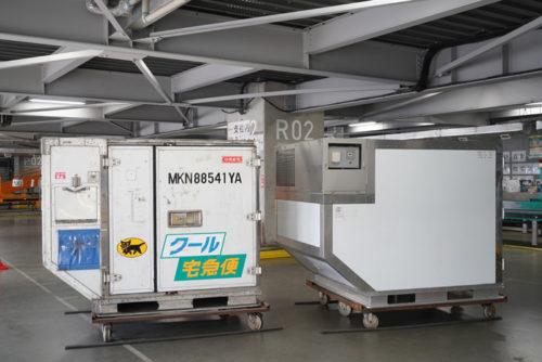 右側が新型航空保冷コンテナ(試作品)、左側が従来のドライアイス型の航空保冷コンテナ