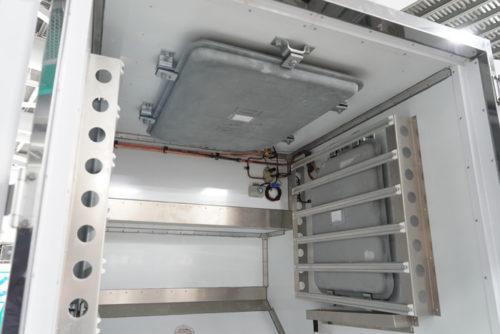 新型航空保冷コンテナ(試作品)の庫内には、上部と左右に蓄冷版が取り付けられているが、今後上部に2枚の蓄冷版のスタイルに改造する