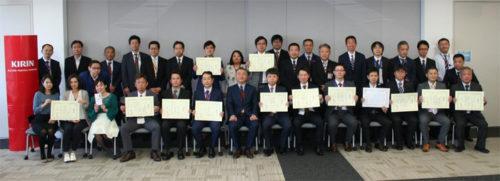 記念の集合写真、前列中央が加藤社長