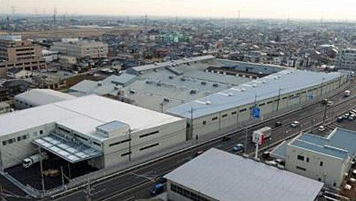 道路沿い右手が貼合工場棟、左手が事務所倉庫棟