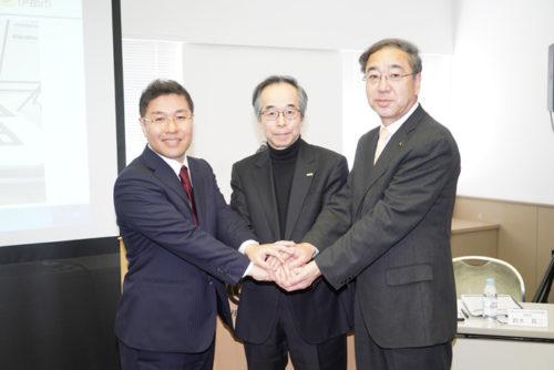 左からJUIDAの鈴木真二理事長、ブルーイノベーションの熊田貴之社長、長野県伊那市の白鳥孝市長