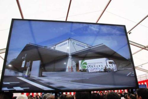 式典会場の大型モニターに、岡山早島配送センターの映像が中継された