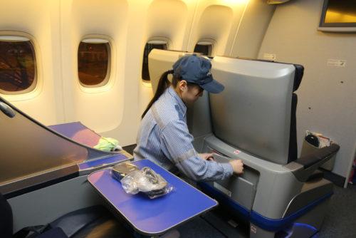 KAPSが神戸空港で始める業務内容は機内清掃、機内誌、ヘッドホンなどの補充・交換、座席テーブル、窓拭き、機内各所のクリーニング