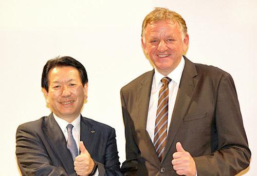 左が日野自動車の下義生社長、右がVolkswagen Truck & Bus GmbHのA.レンシュラーCEO