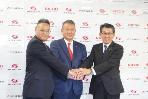 右からリコーの山下良則社長、SBSHDの鎌田正彦社長、リコーロジスティクスの若松勝久社長