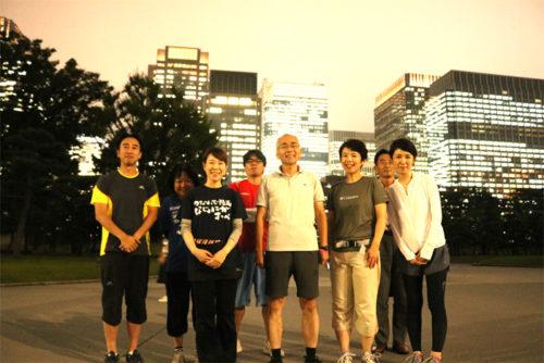 皇居付近での集合写真 前列中央 日本郵船 内藤忠顕社長、他グループの社員
