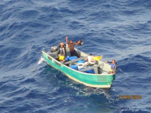 救助を求める小型ボート