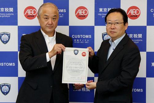 交付式:(左)富士物流の渡部 能徳社長 、(右)東京税関長 藤城 眞氏