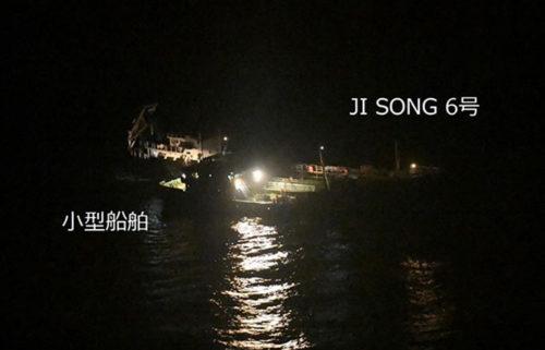横付けして照明を点灯している北朝鮮船籍タンカー「JI SONG 6号」と船籍不明の小型船舶(5月19日3時20分頃撮影)