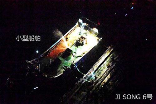 横付けして照明を点灯している北朝鮮船籍タンカー「JI SONG 6号」と船籍不明の小型船舶(5月19日4時10分頃撮影)