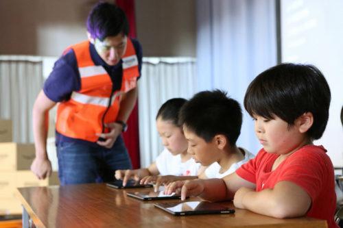 プログラミングソフトで学習する児童たち