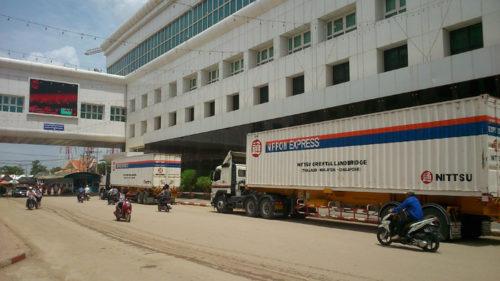 タイーカンボジア間国境を走る車両
