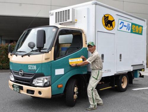 出発式で、車両にステッカーを貼付する、神奈川主管支店高橋伸之介さん