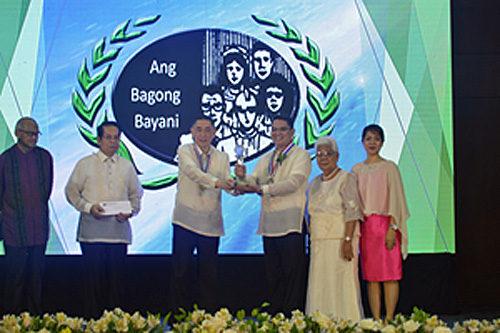 賞を受けるブエナベンチュラ船長(右より3番目)
