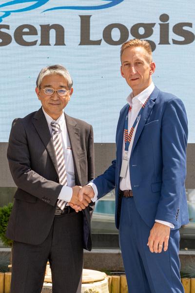 左から郵船ロジスティクスの水島健二社長、David Goldsborough, MD Yusen Logistics Romania(前 Tibbett 社CEO)