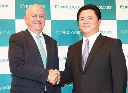 握手するプロロジスのハミード R.モガダム会長兼CEO(左)と日本法人の山田御酒社長