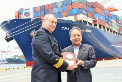 港湾局長より船長へ記念品贈呈