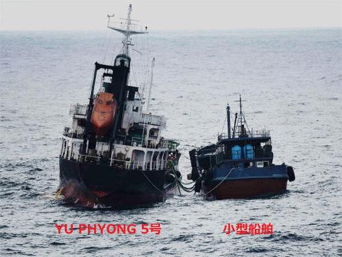 接舷して蛇管を接続している北朝鮮船籍タンカー「YU PHYONG 5号」と船籍不明の小型船舶。6月21日9時10分頃撮影)