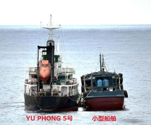接舷して蛇管を接続している北朝鮮船籍タンカー「YU PHYONG 5号」と船籍不明の小型船舶。6月22日11時10分頃撮影)