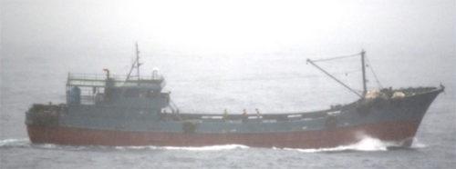 船籍不明の小型船舶。6月21日11時30分頃撮影)