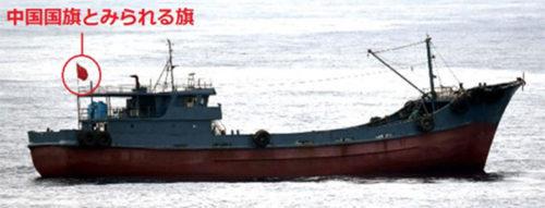 船籍不明の小型船舶。6月22日15時30分頃撮影)