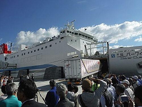 第1便に乗船する北海道行きトラック