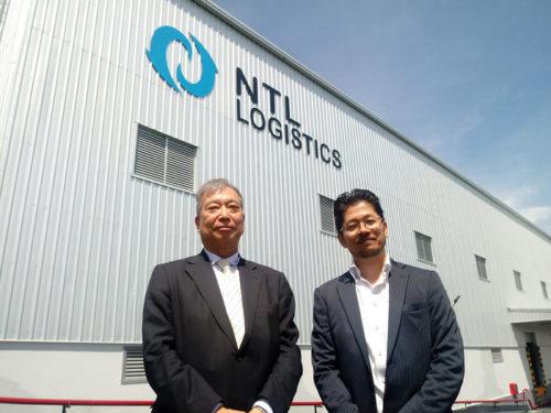 セーラム(Salem)倉庫の前で、内外トランスラインの常多晃社長(左)と現地法人の松浦直代表