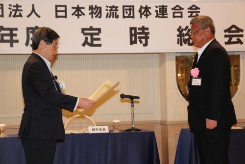 表彰状を受け取る日通静岡支店白石支店長(右)