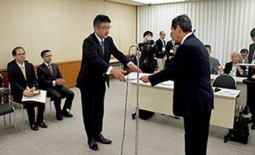 表彰状を受ける商船三井・加藤雅徳常務執行役員(左)