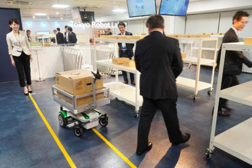 追従運搬ロボットTHUZER、参加者の後を忠実に走行する