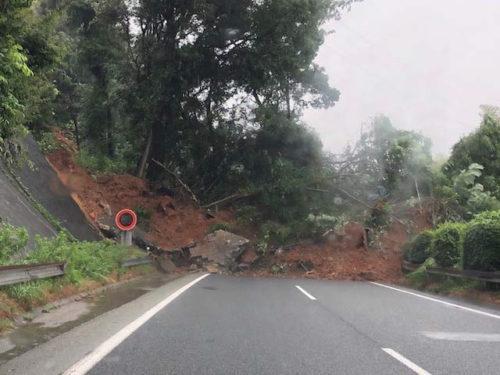 九州自動車道では、上下線新門司IC~小倉東IC 切土のり面が土砂崩れ