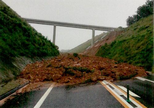 東九州自動車道では、上下線椎田南IC~豊前IC 切土のり面が土砂崩れ