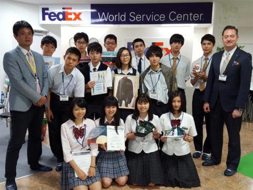 インターナショナル・トレード・チャレンジ参加者とボランティアのフェデックス従業員