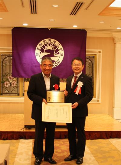 写真右から日本船舶海洋工学会 柏木正会長と「氷川丸」金谷範夫船長