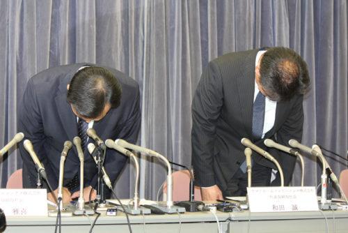 不適切な請求についておわびするYHDの山内社長(左)とYHCの和田社長