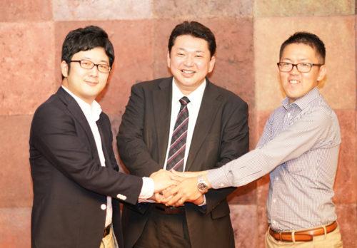 左からNTTデータの川口シニアコンサルタント、Automagiの櫻井社長、NTTデータの大野課長