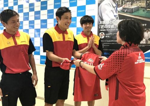 浦和レッズの柏木選手、 森脇選手、 長澤選手がプレゼントをJVCケンウッド(神奈川県横浜市)へ配達