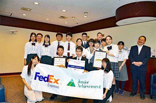 プログラムに参加した生徒とボランティア社員