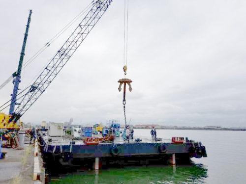 作業船に資機材を積込み(大阪府阪南港)