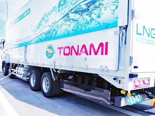 燃料充填中の大型LNGトラック