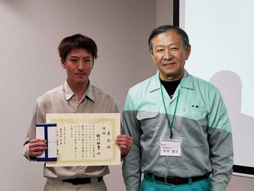 優勝者の日昭丸運・助川祐貴氏と丸運の荒木社長(右)