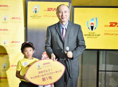 DHLジャパンの山川丈人社長(右)とキッズ第一号に決まった山村瑛輝君(左)