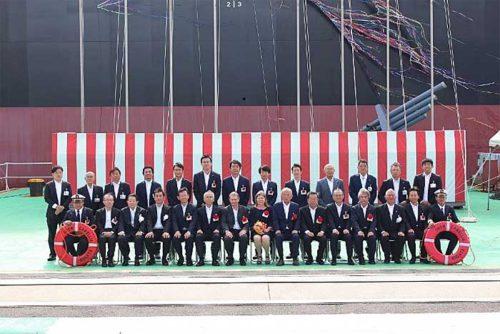前列右から7番目 北越コーポレーションの岸本晢夫社長兼CEO、前列左から6番目 日本郵船の内藤忠顕社長