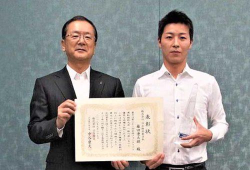 中谷社長(左)と準優勝した藤田選手(右)